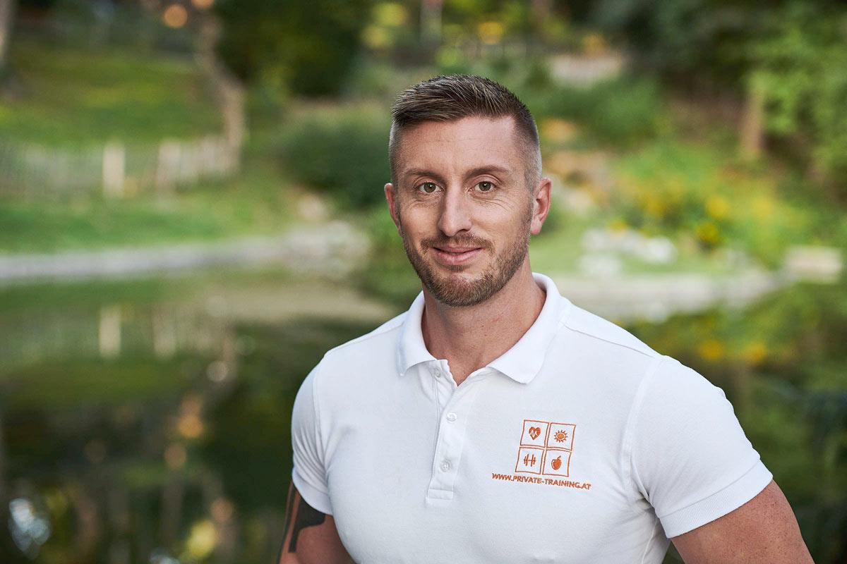 Personal Trainer und Coach Daniel Schlerith im weißen Poloshirt im Freien