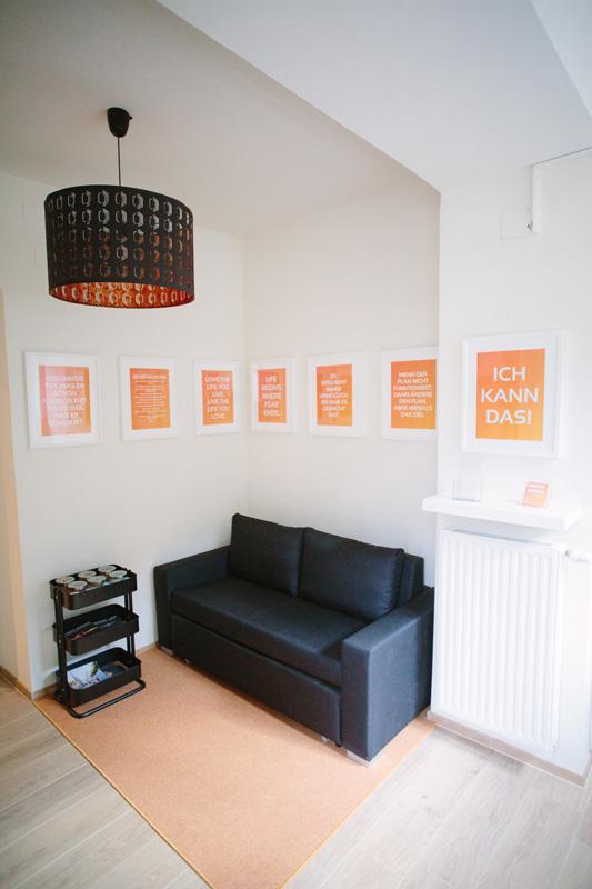 Couch für Anamnesegespräche in hellem, freundlichem Ambiente