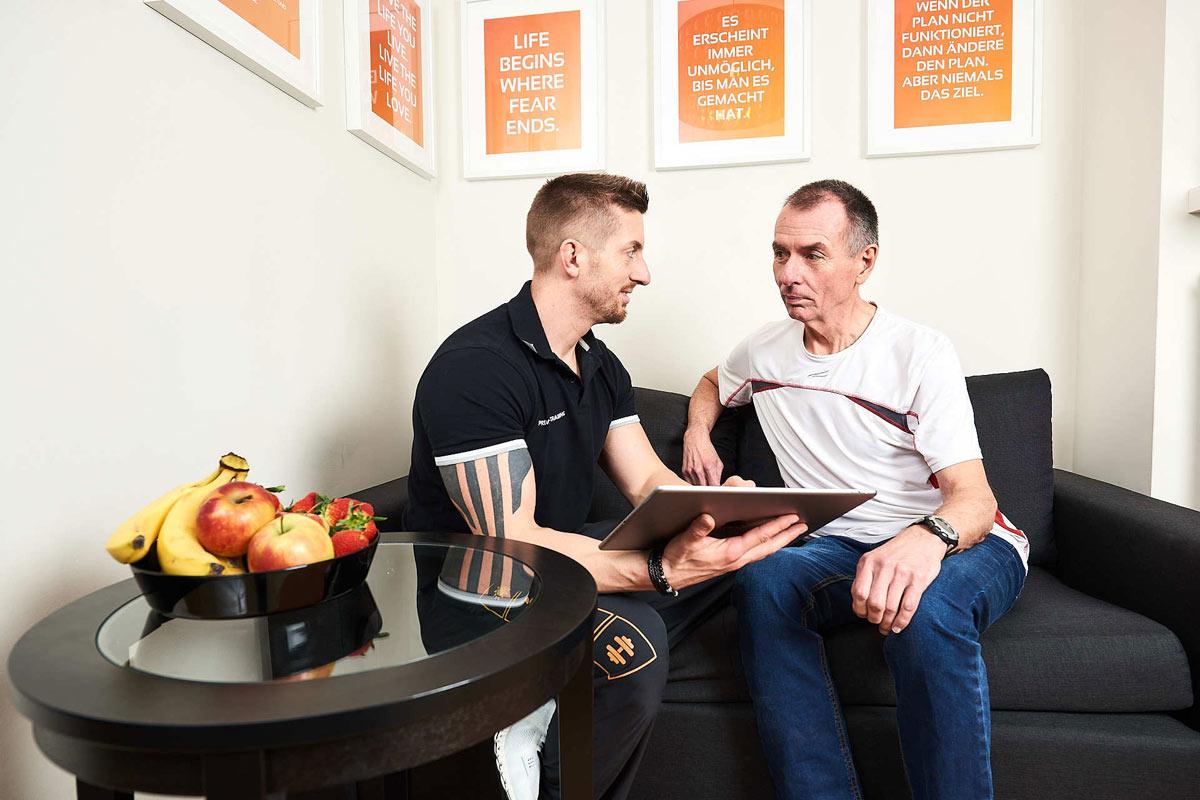 Personal Coach Daniel Schlerith beim Anamnesegespräch mit einem Kunden