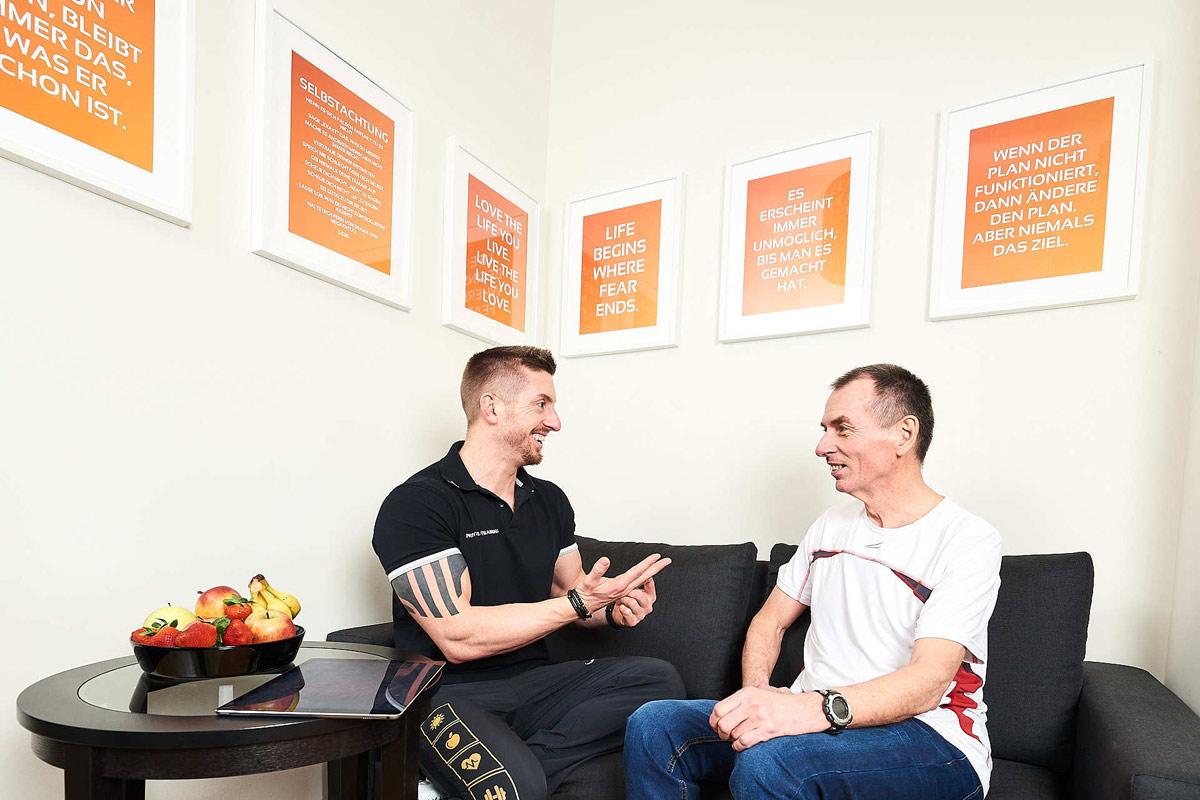Personal Coach Daniel Schlerith im Gespräch mit einem Kunden