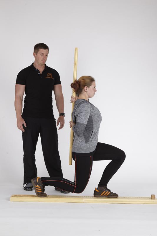 Personal Trainer Daniel Schlerith führt mit einer Kundin den Functional Movement Screen durch