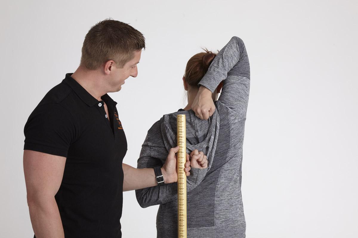 Personal Trainer Daniel Schlerith beim FMS mit einer Kundin
