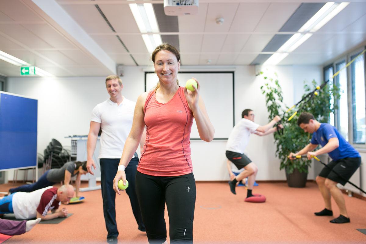 Personal Trainer Daniel Schlerith macht Firmenfitness mit einer Gruppe Mitarbeitern