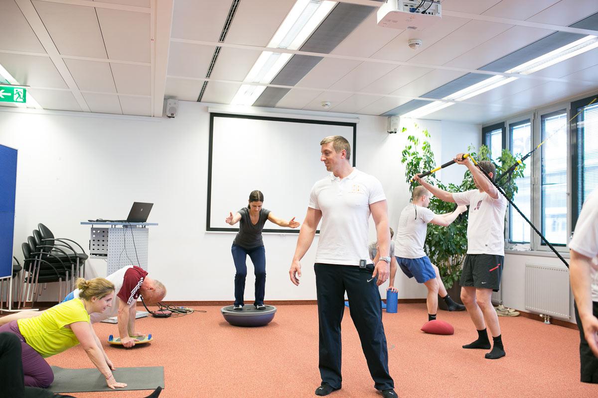 Personal Trainer Daniel Schlerith mit einer Gruppe bei der Firmenfitness