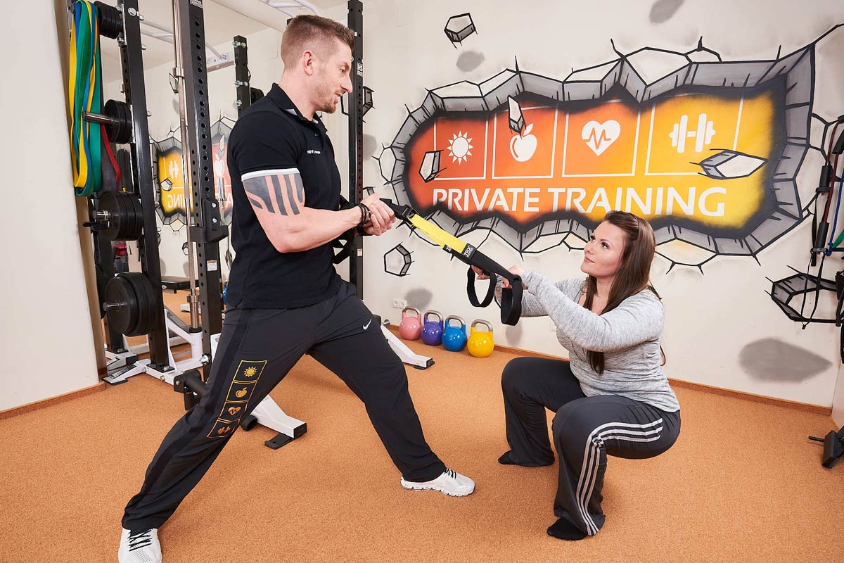 Personal Trainer Daniel Schlerith mit Kundin beim Krafttraining im PRIVATE-TRAINING-CENTER Wien 19