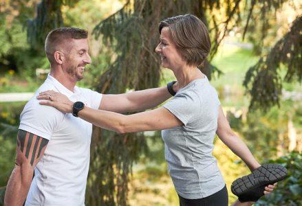 Personal Trainer Daniel Schlerith mit Susanne Lohs beim Trainieren im Freien
