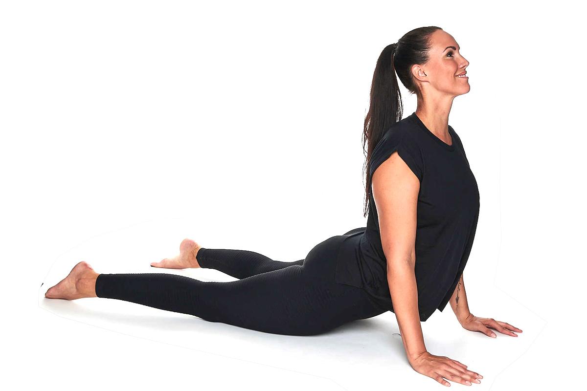 Personal Trainerin Jasmin Prucha bei der Yoga Position Kobra