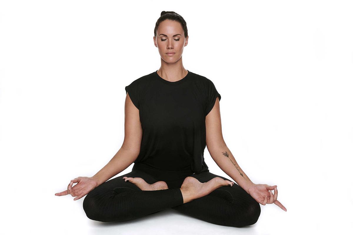 Personal Trainerin Jasmin Prucha im Yoga Lotussitz