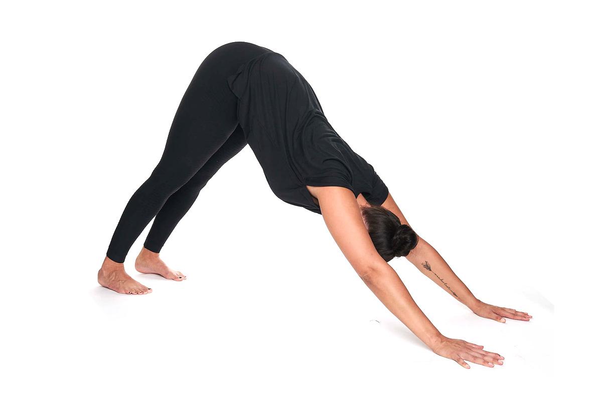 Personal Trainerin Jasmin Prucha bei der Yoga Position herabschauender Hund