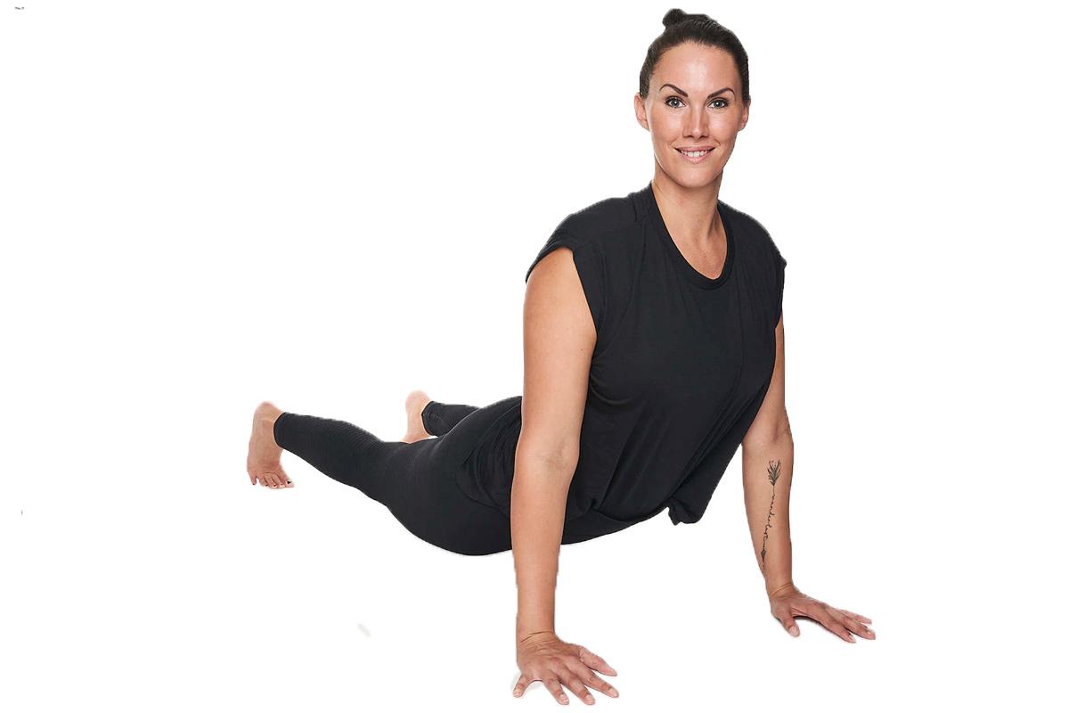 Personal Trainerin Jasmin Prucha bei der Yoga Position hinaufschauender Hund