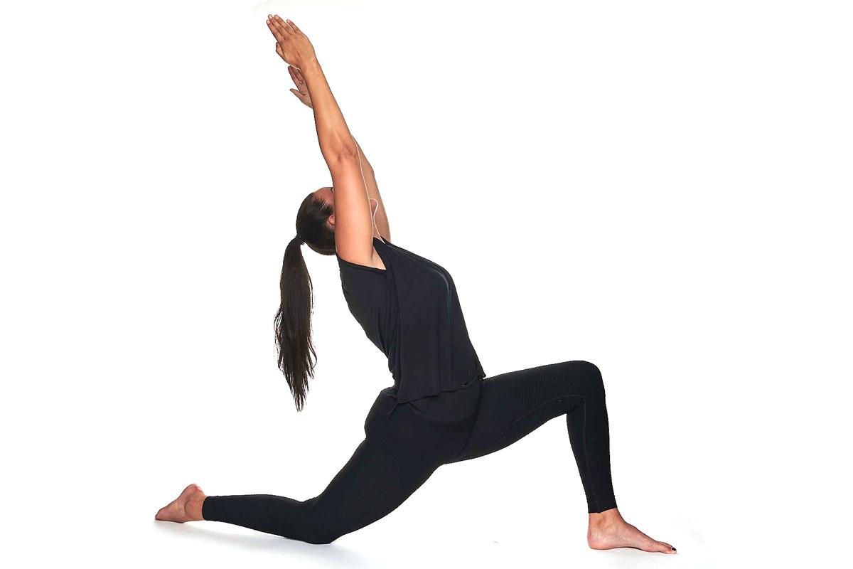 Jasmin Prucha in der Yoga Position tiefer Ausfallschritt mit Rückbeuge